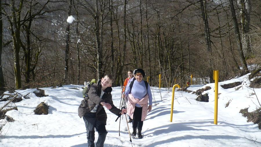 лови снежок ! )))