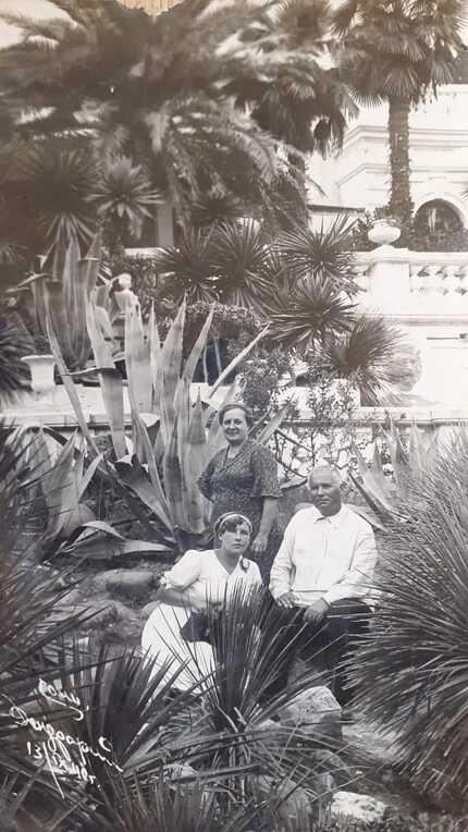 Дендрарий 1940 год фото семья Федичкиных. Михаил Иванович, Вера Фёдоровна, Виктория Михайловна