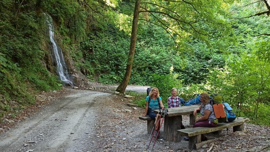 водопад на левом берегу реки Шахе