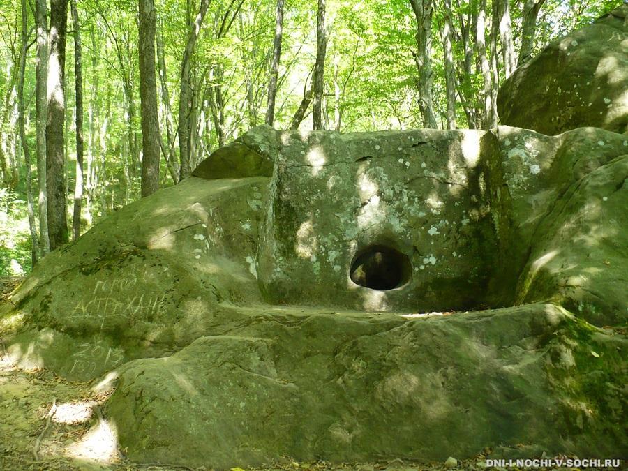 дольмен в Мамедовом ущелье фото