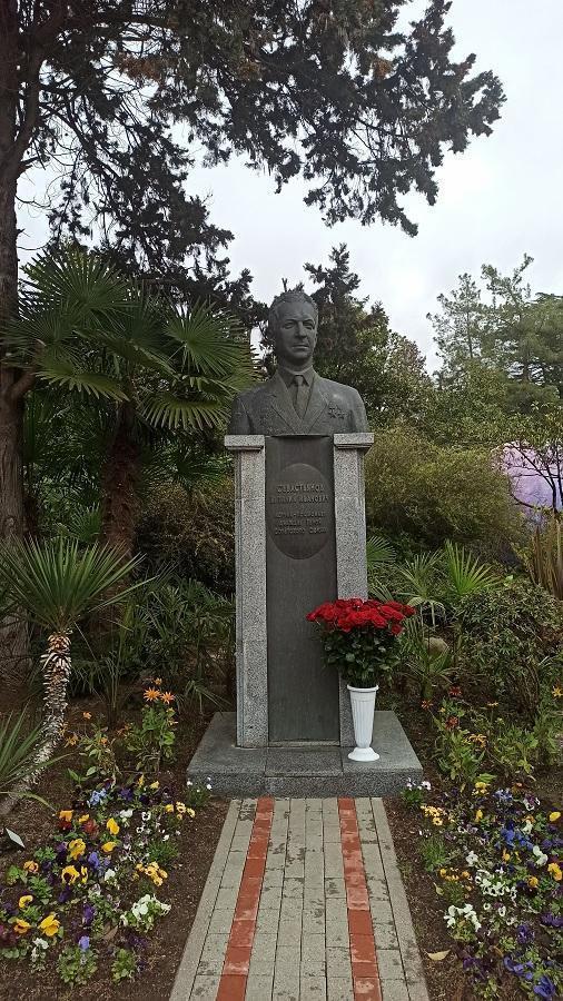 памятник В.Севастьянову в парке Ривьера Сочи фото